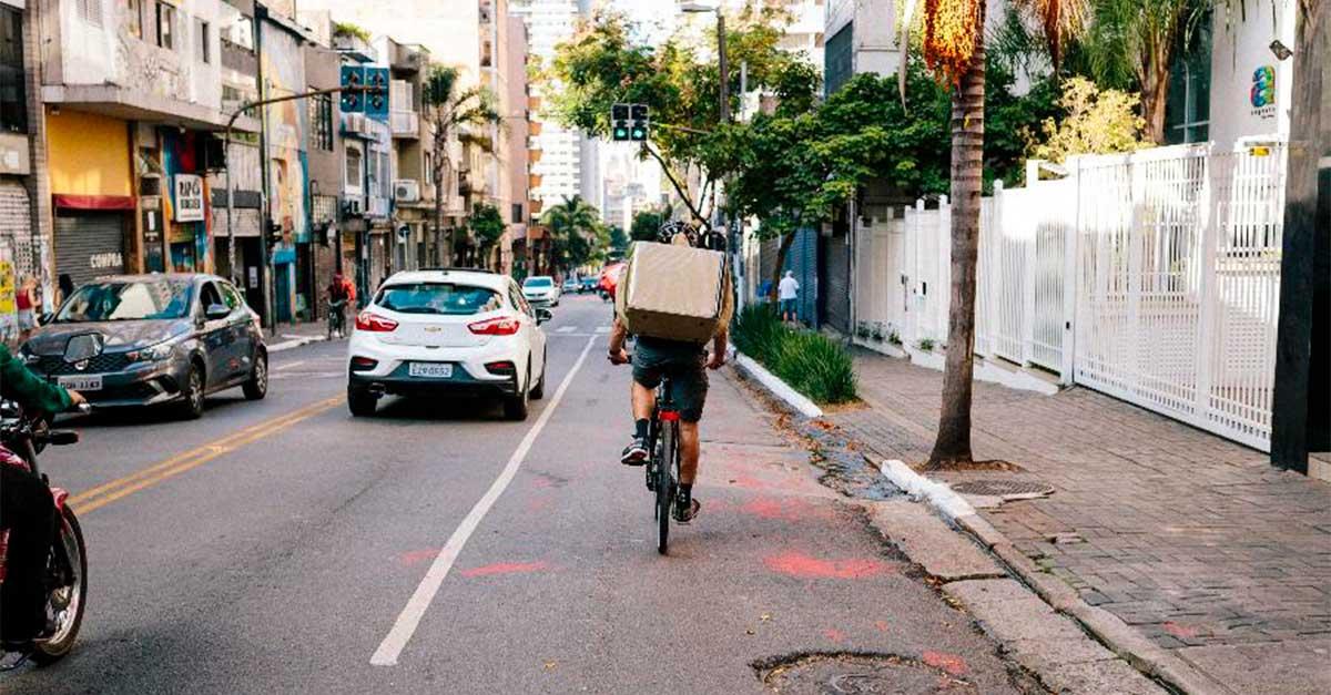 http://payparking.com.br/wp-content/uploads/2020/10/ciclista-ocupa-a-faixa-da-esquerda-em-uma-via-da-cidade-de-sao-paulo.jpg