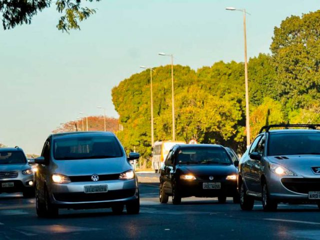 http://payparking.com.br/wp-content/uploads/2021/04/carros-transito-andam-com-farois-acesos-em-estrada-durante-o-dia-por-determinacao-legal-640x480.jpg